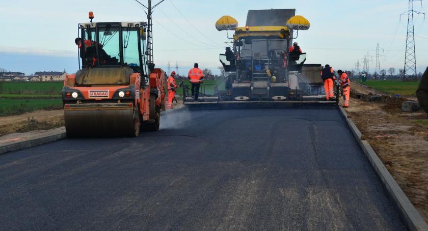 Inwestycje, asfaltowanie nowej drogi obwodowej - zdjęcie, fotografia