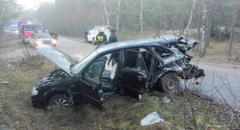 Wypadki drogowe, Zderzenie Mazdy pogotowiem energetycznym [zdjęcia] - zdjęcie, fotografia
