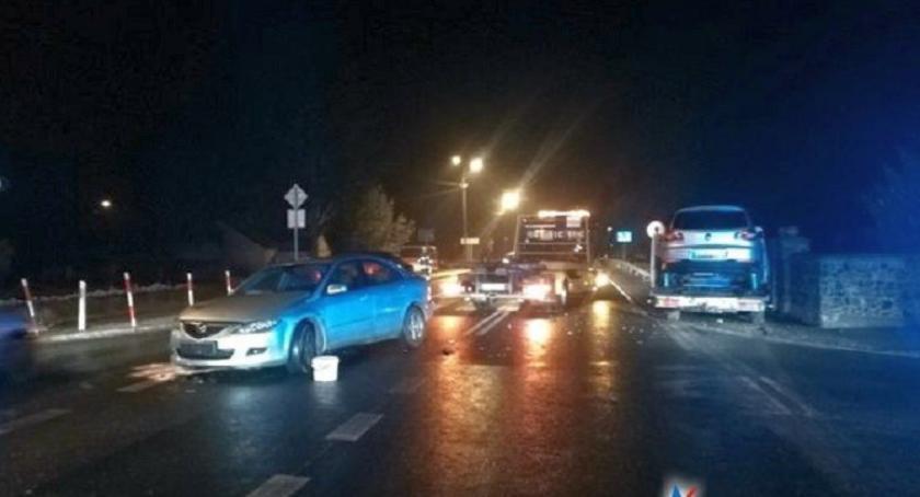 Wypadki drogowe, Zderzenie osobówki lawetą skrzyżowaniu Glinojecku [zdjęcia] - zdjęcie, fotografia