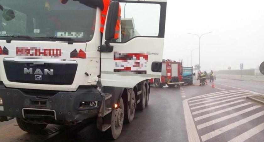 Wypadki drogowe, Zderzenie dostawczaka ciężarówką Mleczarskiej [zdjęcia] - zdjęcie, fotografia
