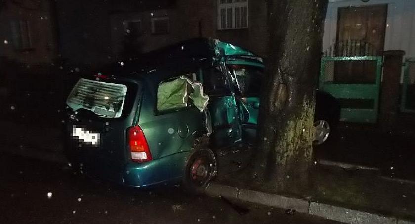 Wypadki drogowe, uderzył drzewo Orylskiej Ranne nastoletnie pasażerki [zdjęcia] - zdjęcie, fotografia