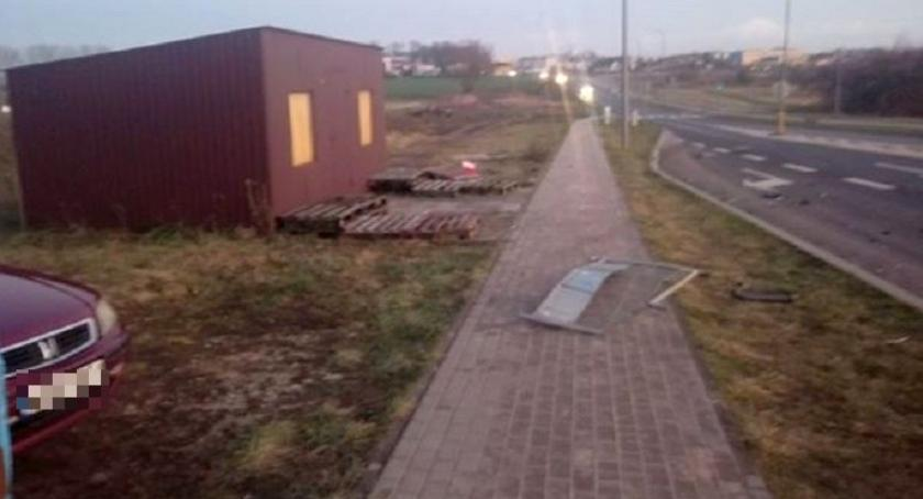 Interwencje, Wasze Pijany kierowca uderzył barierki pętli miejskiej uciekł [zdjęcia] - zdjęcie, fotografia