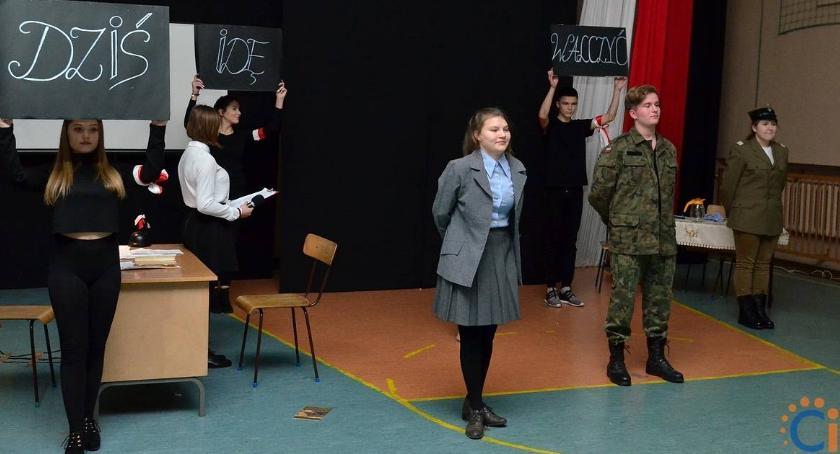 Edukacja, Dziś walczyć mamo! spektakl uczniów [zdjęcia] - zdjęcie, fotografia