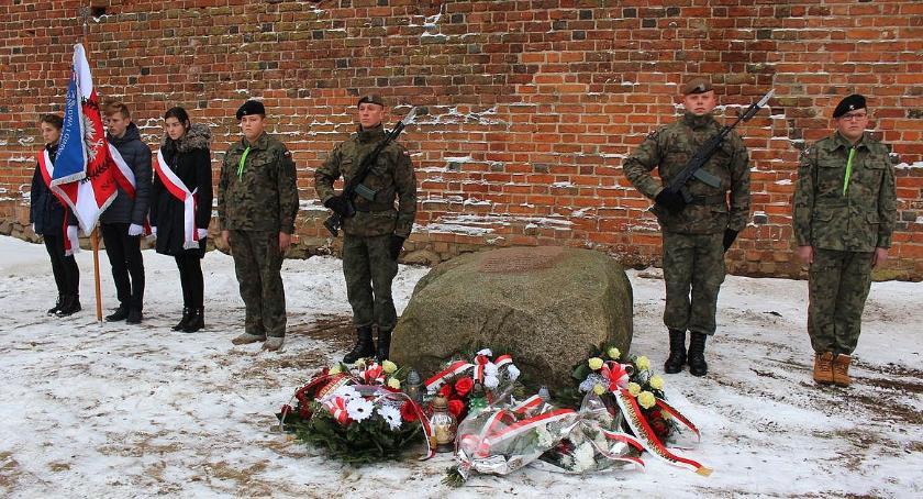 Rocznice, Ciechanowie uczcili pamięć patriotów powieszonych dziedzińcu Zamku [zdjęcia] - zdjęcie, fotografia