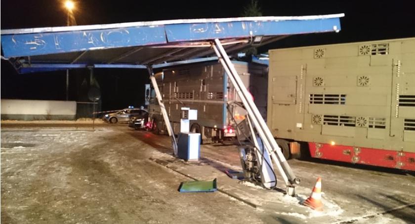 Pozostałe Interwencje, Kierowca ciężarówki uszkodził zadaszenie stacji paliw Grudusku [zdjęcia] - zdjęcie, fotografia