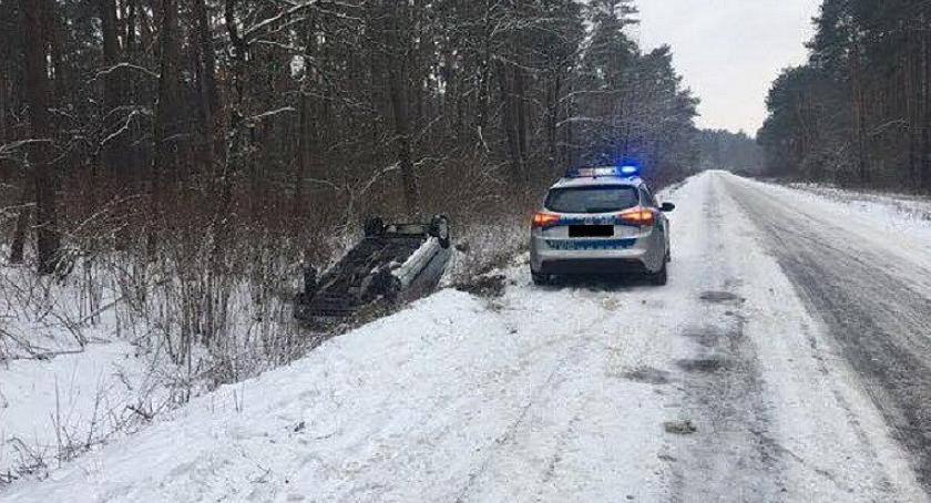 Wypadki drogowe, Dachowanie osobówki kierownicą latka [zdjęcia] - zdjęcie, fotografia