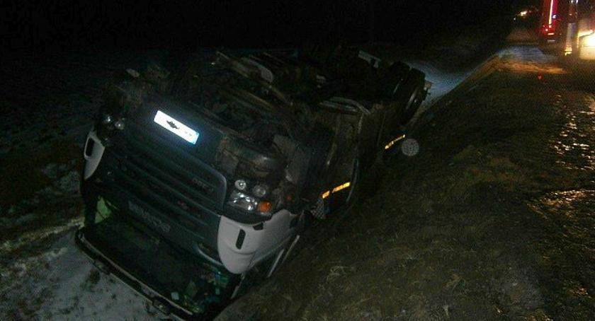 Wypadki drogowe, Próbował ominąć zwierzę Ciężarówka wylądowała rowie - zdjęcie, fotografia
