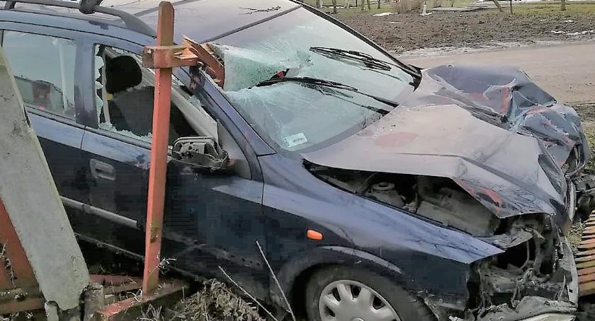 Wypadki drogowe, Oplem drzewo płot [zdjęcia] - zdjęcie, fotografia
