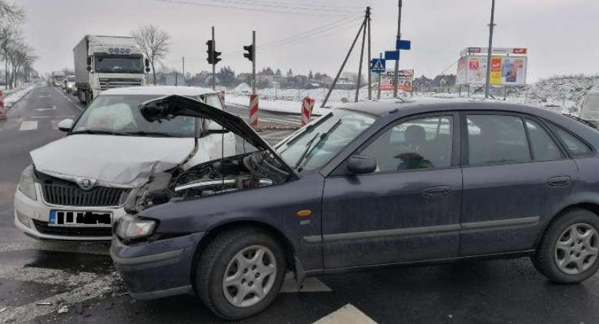 Wypadki drogowe, Zderzenie osobówek skrzyżowaniu centrum handlowym [zdjęcia] - zdjęcie, fotografia