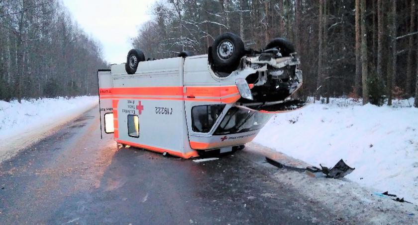 Wypadki drogowe, Dachowanie ambulansu Kierowcę pouczono [zdjęcia] - zdjęcie, fotografia