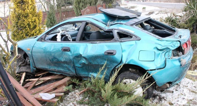 Wypadki drogowe, Mazda dachowała uderzyła ogrodzenie Kierowca pijany - zdjęcie, fotografia