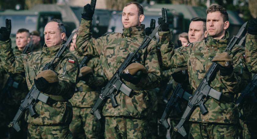 Wojsko, Pierwsza przysięga Terytorialsów ciechanowskich koszarach [zdjęcia] - zdjęcie, fotografia