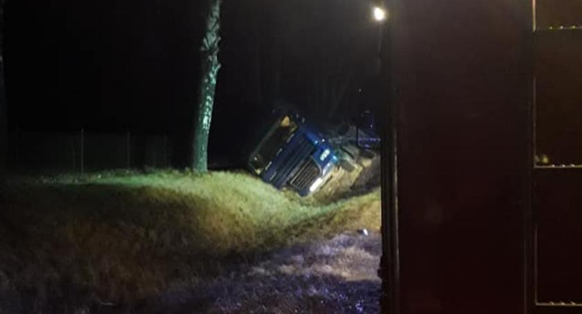 Wypadki drogowe, Ciężarówka rowie drodze Ciechanów Glinojeck - zdjęcie, fotografia