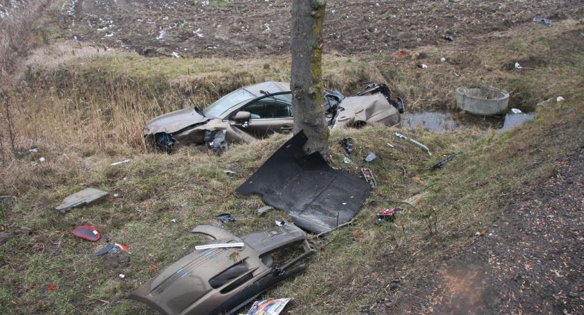 Wypadki drogowe, Nieprawidłowe wyprzedzanie przyczyną groźnego wypadku [zdjęcia] - zdjęcie, fotografia