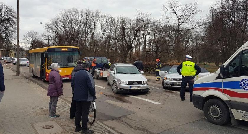 Wypadki drogowe, ostatniej chwili Zderzenie dwóch samochodów autobusu centrum Ciechanowa - zdjęcie, fotografia