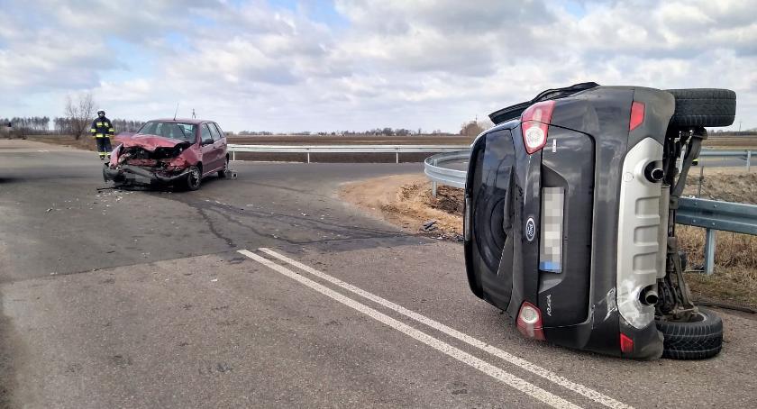 Wypadki drogowe, Cztery osoby ranne zderzeniu Forda Fiatem [zdjęcia] - zdjęcie, fotografia