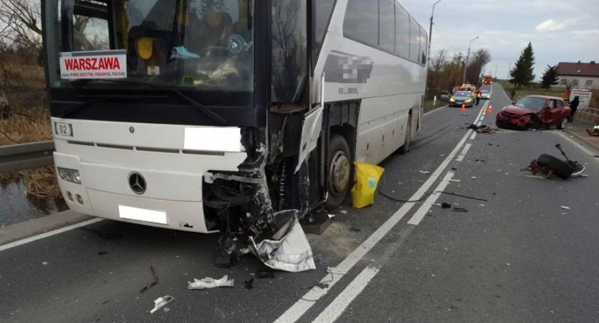 Wypadki drogowe, Zderzenie osobówki autobusem [zdjęcia] - zdjęcie, fotografia