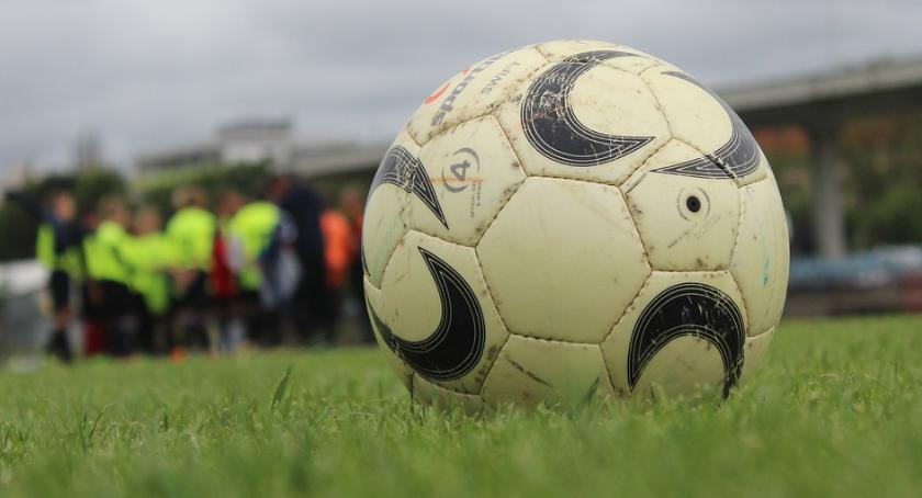 Piłka Nożna, Okręgówka Mocny początek Kryształu Tęczy - zdjęcie, fotografia