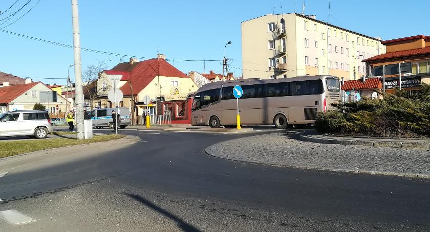 Wypadki drogowe, Mężczyzna zginął kołami autobusu Tragiczny wypadek sąsiadów - zdjęcie, fotografia