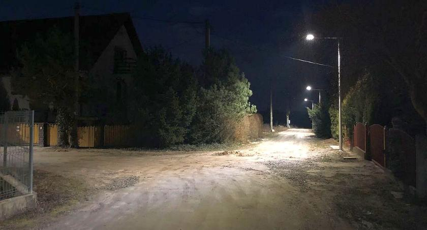 Inwestycje, Aleksandrówce uruchomiono oświetlenie - zdjęcie, fotografia
