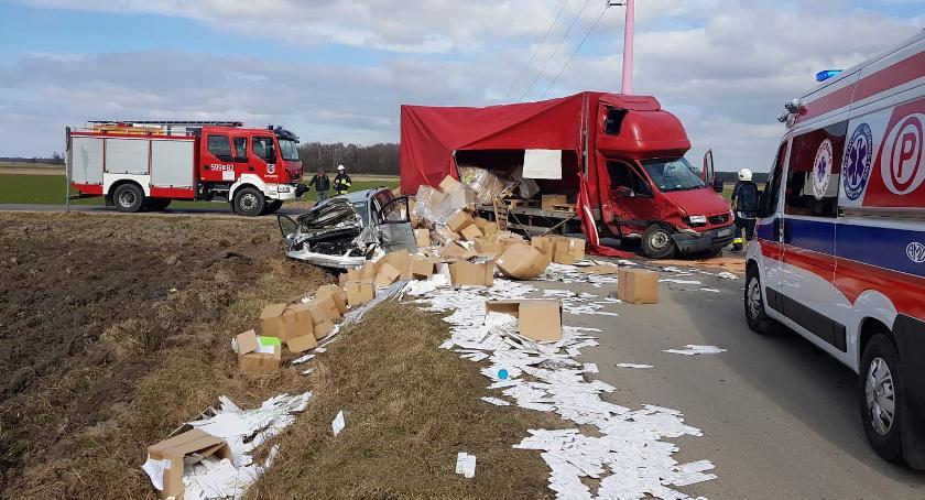 Wypadki drogowe, Volkswagen zderzył dostawczakiem osoby ranne [zdjęcia] - zdjęcie, fotografia