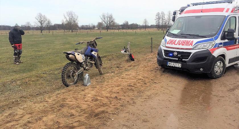 Wypadki drogowe, Młody motocyklista ciężko ranny wypadku [zdjęcia] - zdjęcie, fotografia