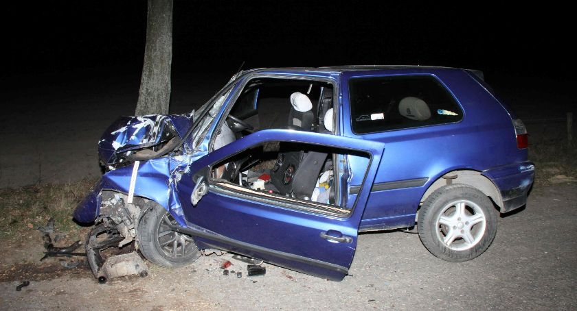 Wypadki drogowe, uderzył drzewo Młody kierowca zginął miejscu [zdjęcia] - zdjęcie, fotografia