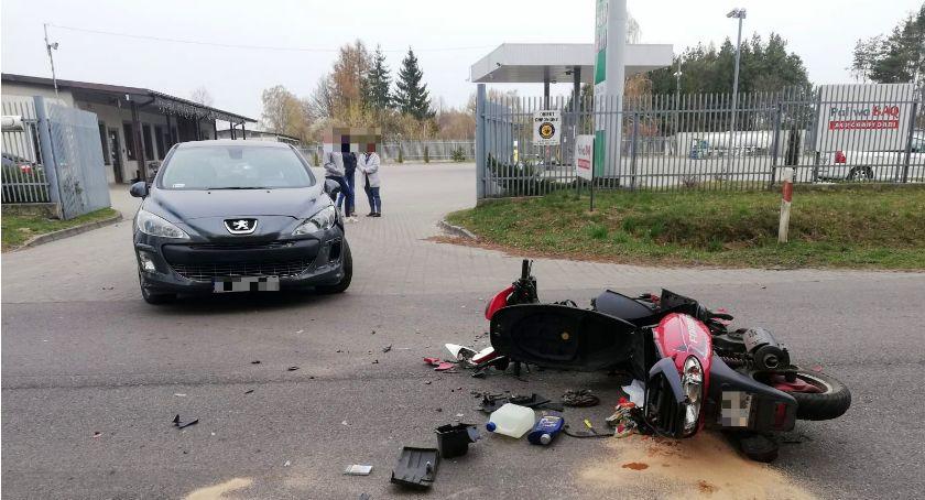 Wypadki drogowe, Zderzenie osobówki motorowerem Sońsk [zdjęcia] - zdjęcie, fotografia