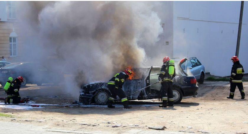 Pożary, centrum Ciechanowa spłonął samochód [zdjęcia] - zdjęcie, fotografia