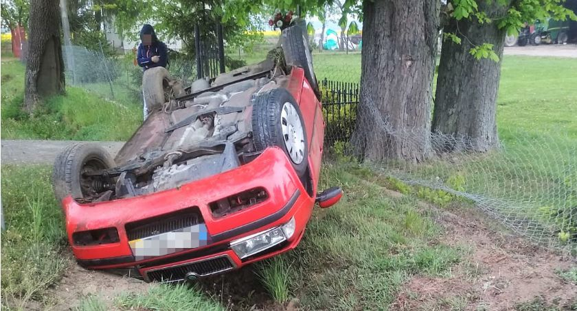 Wypadki drogowe, Dachowanie Skody drodze wojewódzkiej [zdjęcia] - zdjęcie, fotografia