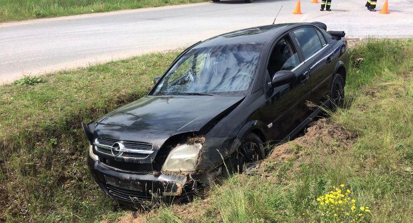 Wypadki drogowe, Wyprzedzał ciężarówkę wylądował rowie [zdjęcia] - zdjęcie, fotografia