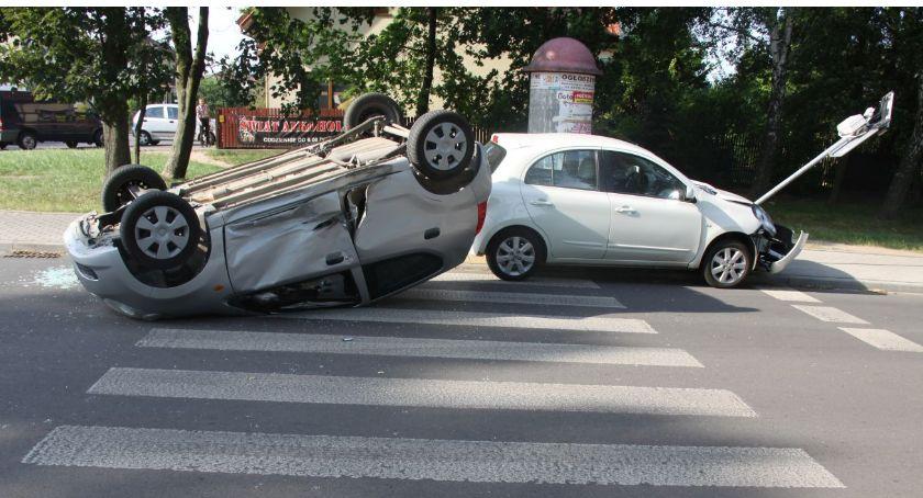 Wypadki drogowe, Zderzenie osobówek latka ustąpiła pierwszeństwa - zdjęcie, fotografia