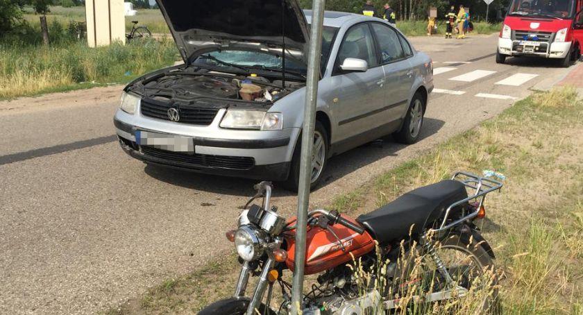 Wypadki drogowe, Motorower zderzył osobówką Ranny młody meżczyzna [zdjęcia] - zdjęcie, fotografia