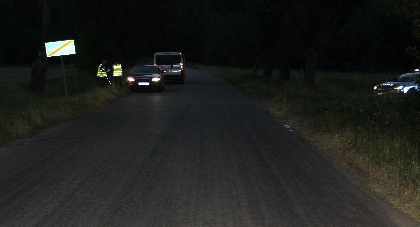 Wypadki drogowe, Wymijał grupę pieszych potrącił jednego - zdjęcie, fotografia