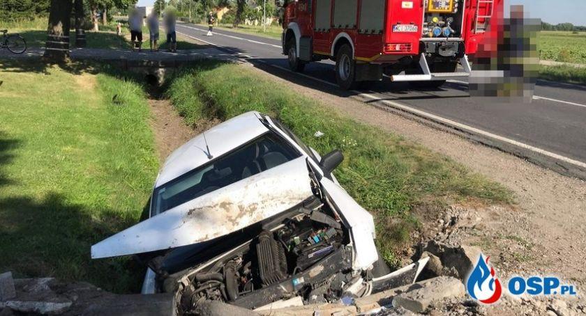 Wypadki drogowe, Samochód uderzył betonowy przepust Jedna osoba ranna [zdjęcia] - zdjęcie, fotografia