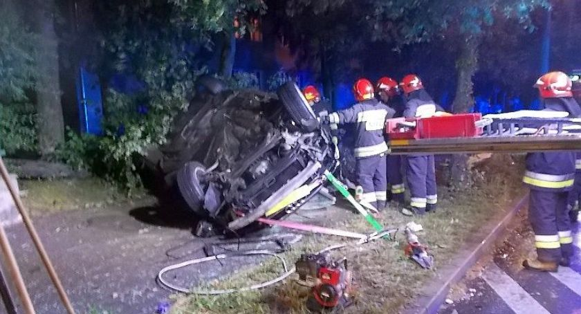 Wypadki drogowe, Dachowanie Stycznia Pojazd uderzył drzewo leżał chodniku [zdjęcia] - zdjęcie, fotografia