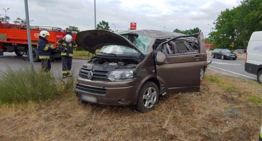 Wypadki drogowe, Zasnęła kierownicą dachował Glinojeckiem [zdjęcia] - zdjęcie, fotografia