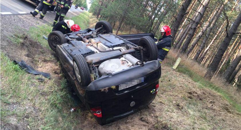 Wypadki drogowe, Kolejne dachowanie Poszkodowane małżeństwo [zdjęcia] - zdjęcie, fotografia