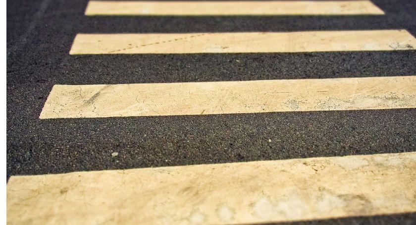 Wypadki drogowe, Przechodziła przez jeden kierowca zatrzymał - zdjęcie, fotografia