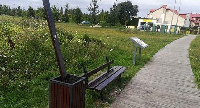 Interwencje, Wasze Kolejne dewastacje zamkowych błoniach [zdjęcia] - zdjęcie, fotografia