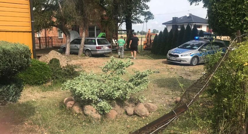 Wypadki drogowe, pojeździe pękła opona staranowało ogrodzenie zatrzymało posesji - zdjęcie, fotografia