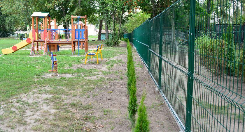 Inwestycje, ogrodzenie nasadzenia miejskim przedszkolu - zdjęcie, fotografia