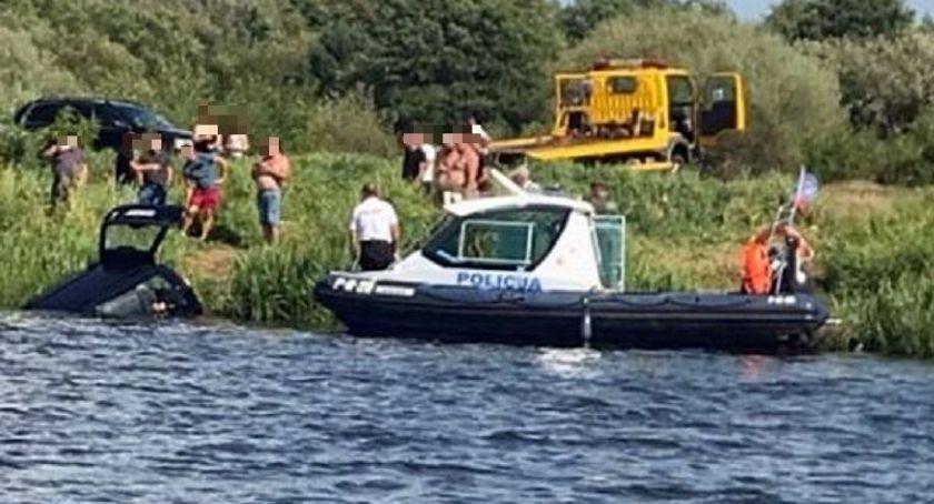 Policyjne interwencje, Samochód stoczył rzeki środku spał mężczyzna - zdjęcie, fotografia