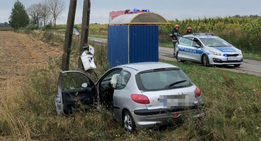 Wypadki drogowe, Peugeot uderzył słup niedaleko Ciechanowa kierownicą latka [zdjęcia] - zdjęcie, fotografia