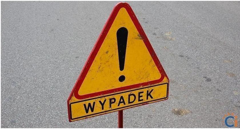 Wypadki drogowe, Wypadek podczas wyprzedzania Ranny letni rowerzysta - zdjęcie, fotografia
