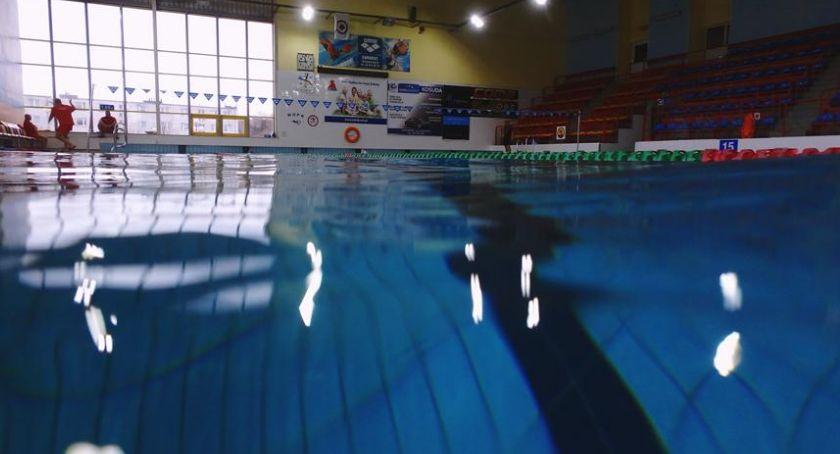 Pływanie, Wakacje kąpieliskach Ciechanowie Więcej osób krytej pływalni basenie odkrytym - zdjęcie, fotografia