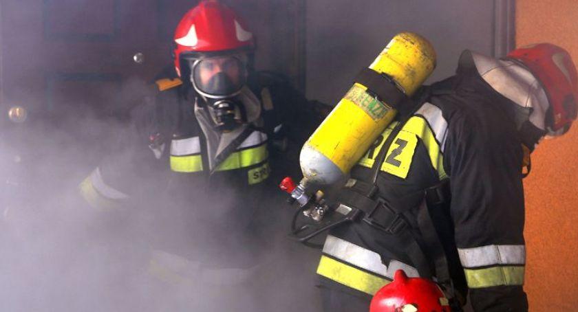 Pożary, mieszkania wydobywał Akcja strażaków budynku wielorodzinnym - zdjęcie, fotografia