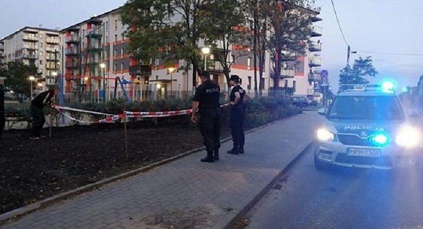 Policyjne interwencje, Niewybuch placu zabaw centrum Ciechanowa [zdjęcia] - zdjęcie, fotografia