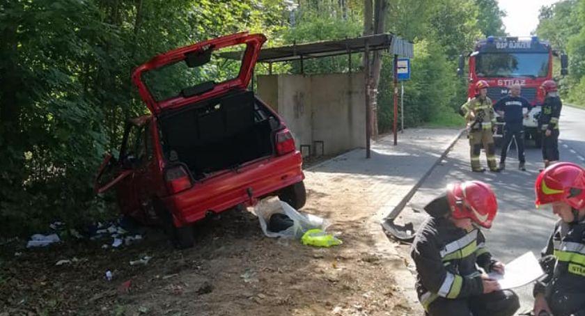 Wypadki drogowe, Wjechał przystanku autobusowym [zdjęcia] - zdjęcie, fotografia