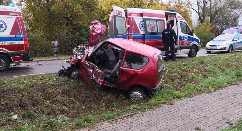 Wypadki drogowe, Wyprzedzał zderzył mleczarką osoby ranne [zdjęcia] - zdjęcie, fotografia